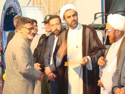 علی محمد صباغی در حال دریافت لوح تقدیر در همایش بزرگداشت مرحوم شیخ علی اصغر رحمانی